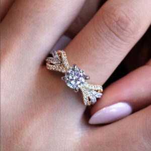 Exquisite and fashionable two-tone princess engagement ring